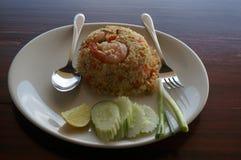 Räka stekte ris med gurkan Fotografering för Bildbyråer