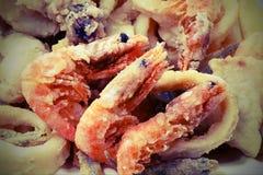 Räka tre och annan stekt fisk och skaldjur i fiskrestauen royaltyfria foton