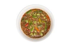 Räkadegsås på vit bakgrund - thai kryddiga matrecept arkivfoton