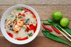 Räkaräka och kryddig soppa för citrongräs med champinjoner, berömd thailändsk mat som kallar Tom Yum Kung royaltyfri bild