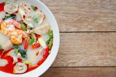 Räkaräka och kryddig soppa för citrongräs med champinjoner, berömd thailändsk mat som kallar Tom Yum Kung, menydesign arkivbilder