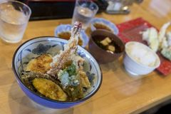 räkatempura på ris med tempurasås & x28; Ebi TEN-DON& x29; , japanes Arkivbilder