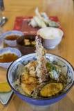 räkatempura på ris med tempurasås & x28; Ebi TEN-DON& x29; , japanes Royaltyfri Bild