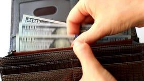 Räkna av pengar i plånboken arkivfilmer