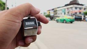Räkna bilar med räknareclickermaskinen stock video