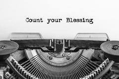 Räkna din välsignelsetext som skrivas på en tappningskrivmaskin royaltyfri fotografi