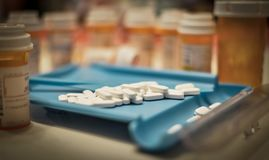 Räkna för apotekpreventivpiller arkivbilder