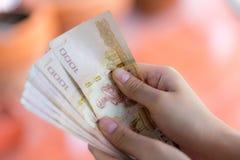 Räkna för pengar fotografering för bildbyråer