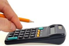 Räkna med en räknemaskin och en blyertspenna i hand royaltyfria foton