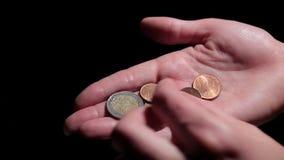 Räkna mynt i hand bank repet för anmärkningen för pengar för fokus hundra för euroeuros fem lager videofilmer
