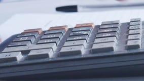 Räkna på räknemaskinen Makro Fingret trycker på knappräknemaskinen arkivfilmer