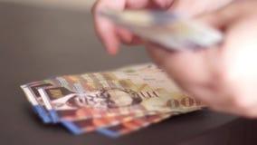 räkna pengar stock video