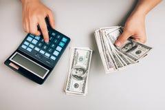 Räkna pengar och sparande av finanser Fotografering för Bildbyråer
