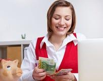 räkna pengarkontorskvinnan arkivfoton