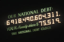 Räknar den nationella skulden för USA och den nationella skuldklockan i New York City pengar som varas skyldig av USA arkivfoto