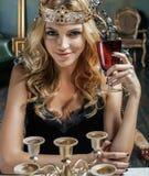 Räknar samman den bärande kronan för den unga blonda kvinnan i felik lyxig inre med tomma antika ramar rikedom Royaltyfri Fotografi