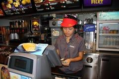 Räknare av det Mc Donalds kafét och den unga kvinnliga arbetaren i Bangkok Arkivfoton
