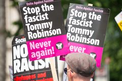 Räknare-demonstrationen av tryckgruppen förenar mot fascism i Whitehall, London, UK royaltyfri bild