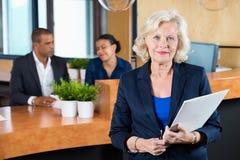 Räknare för affärskvinnaHolding File At mottagande Fotografering för Bildbyråer