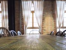 Räknare för tabellöverkant i matsalinrebakgrund royaltyfria foton