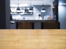 Räknare för tabellöverkant med Blurrd kök och på bakgrund Arkivbilder