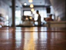 Räknare för tabellöverkant med kafét Restaura för suddighetsBarista Brewing kaffe royaltyfria foton