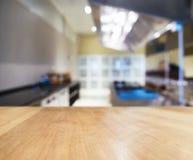 Räknare för tabellöverkant med suddig kökinrebakgrund Arkivfoto