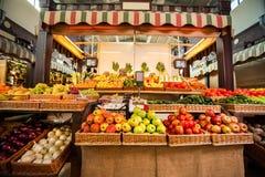 Räknare med nya frukter och grönsaker arkivbild
