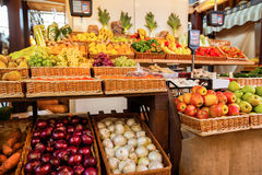 Räknare med nya frukter och grönsaker fotografering för bildbyråer