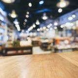 Räknaren för tabellöverkanten med suddigt återförsäljnings- shoppar bakgrund royaltyfri fotografi