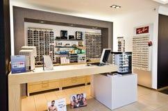 Räknaren i optiker shoppar Royaltyfri Bild