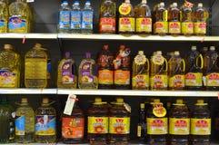 Räknarena för ätlig olja för supermarket Arkivfoton