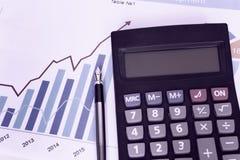 Räknemaskin för penna för diagram för statistik för diagram för affär för Ð-¡ hjort Arkivfoto