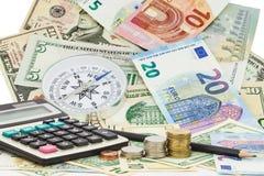 Räknemaskin med myntet, blyertspenna på pengarsedlar euro och dollar Fotografering för Bildbyråer