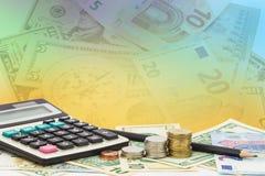 Räknemaskin med myntet, blyertspenna på pengarsedlar euro och dollar Arkivfoton