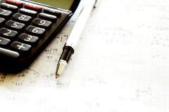Räknemaskin med pennan på papper Arkivbilder