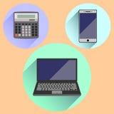 Räknemaskin, mobiltelefon och bärbar dator Arkivfoto