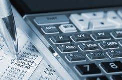 Räknemaskin och ett finansiellt dokument. Royaltyfri Foto