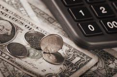 Räknemaskin och US-valuta Royaltyfri Foto