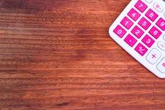 Räknemaskin på träbakgrunden Fotografering för Bildbyråer