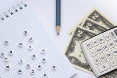 Räknemaskin, pengar och anteckningsbok på vit bakgrund, närbild arkivfoton