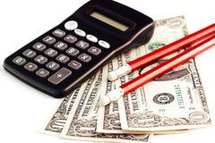 Räknemaskin, pengar och blyertspennor Royaltyfri Fotografi