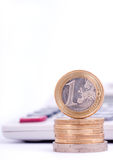 räknemaskinen coins euro royaltyfria bilder