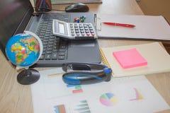 Räknemaskinerna, redovisningen och teknologin, affären, datoren, bärbara datorn, räknemaskinen och dokumenten i kontoret arkivfoton