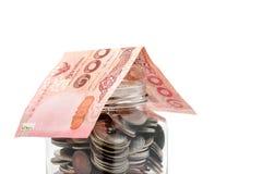 Räkning för 100 baht thailändsk sedeltak den glass kruset av mynt på whit Arkivbild