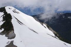 Räkning för berglutning i snö fotografering för bildbyråer