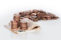 Räkningar av femtio euro och mynt Arkivfoto