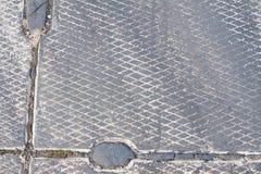 Räkningar för platta för beton för Backround modellbetong på flygfältet med rubber spår som lämnas av sportbilgummihjul under att Royaltyfri Foto