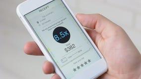 Räkningen med höga frekvenser för taxiritt visas på smartphoneapplikation stock video