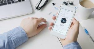 Räkningen med höga frekvenser för taxiritt visas på smartphoneapplikation lager videofilmer